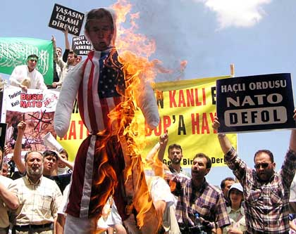 Turkish protesters burning Bush's effigy